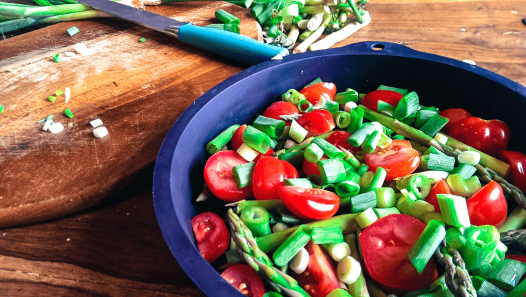 tomatoes-and-asparagus-with-spring-onions-frittata